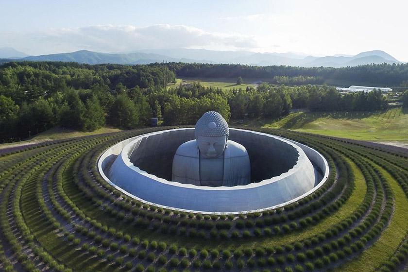 مجسمه بودا بر بلندای تپه ای در ژاپن شاهکار معماری ژاپنی