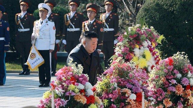 ادای احترام اون به سربازان چینی کشته شده در جنگ کره