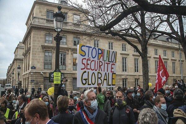 صدها نفر از شهروندان پاریس مقابل مجلس فرانسه تجمع کردند